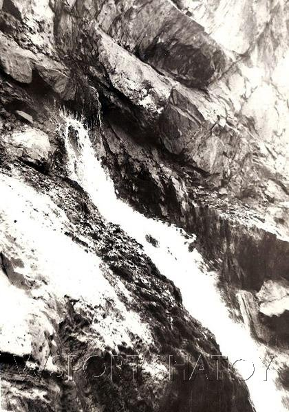 Удивительная природа Кавказа. Маленькая речка берет начало прямо из скалы.