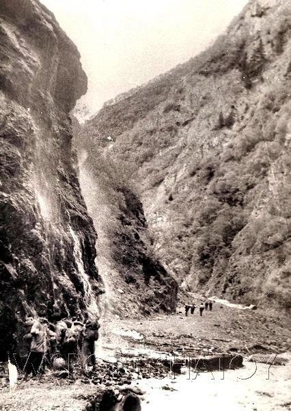 Удивительная природа Кавказа. Слева со скалы мельчайшими брызгами падает водопад.